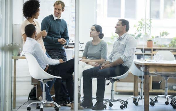 Grupp samtalar på kontoret